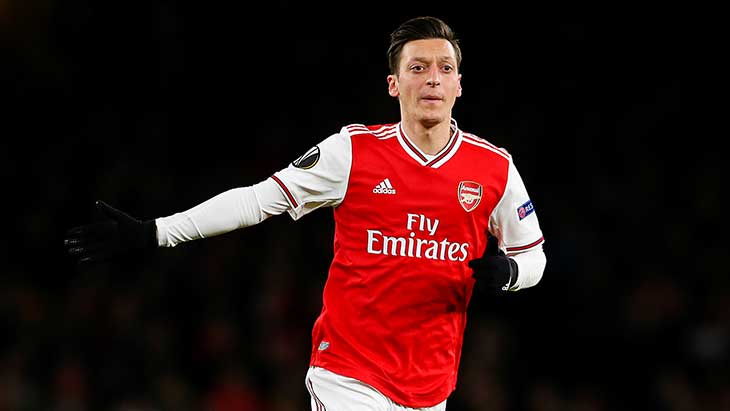 ozil-arsenal-rouge